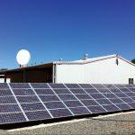 نمای بیرون مرکزدادهٔ AISO که با انرژی خورشیدی کار میکند