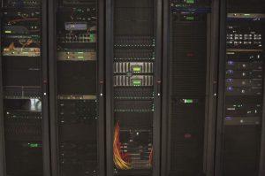 کم بودن تعداد سرورهای فیزیکی در مرکزدادهٔ AISO برای کاستن از مصرف برق