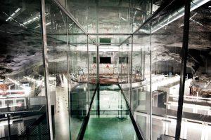 مرکز دادهٔ بانهوف: اتاق کنفرانس گرد و شیشهای، مسلط به سالن سرور