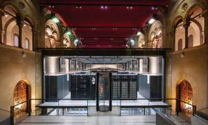 مرکز ابررایانش بارسلونا (مرکزداده) در محفظهٔ شیشهای درون کلیسای Torre Girona