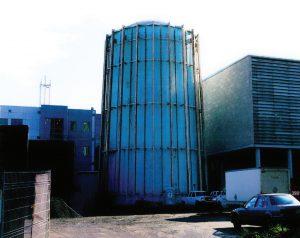 ظاهر اولیهٔ بنای سیلو شکل شتابدهنده، پیش از تبدیل آن به مرکزدادهٔ Calcul Quebec