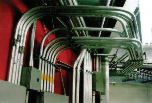 زیرساختهای برق و کابلکشی مرکزدادهٔ Calcul Quebec بهشکل سقفی در محل رکهای سهطبقه
