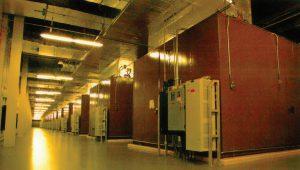 ۱۳ هواساز که هوای سرد را به پلنوم بالای ردیفهای سرور در مرکز دادهٔ سیسکو میفرستند