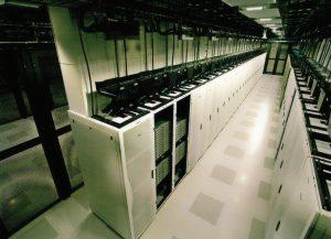 ردیفهای سرور در سالن دوم مرکز دادهٔ سیسکو با دیوارهای مشبک از هم جدا شدهاند