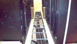 نمونهٔ کف کاذب کمارتفاع مرکز داده برای لولهکشی آب کولرهای ردیفی؛ نه هوارسانی