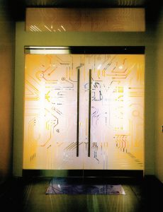 مرکز داده پروژه مرکوری eBay: یکی از ورودیهای مرکز داده با طرح مدار کامپیوتری
