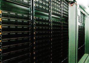 مرکز داده پروژه مرکوری eBay: هریک از کانتینرهای روی بام با بیش از ۱۵۰۰ سرور یکجا بهوسیلهٔ جرثقیل منتقل شدهاند.