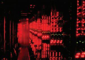 مرکز داده پروژه مرکوری eBay: پریزهای برق نورانی در کانتینرهای تاریک