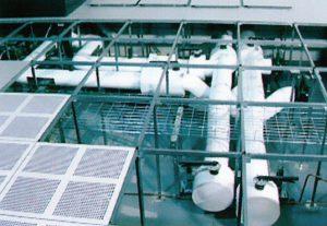 لولهکشی از پیش انجامشده در زیر کف کاذب مرکز داده IBM که برای نیازهای سرمایش آبی آینده