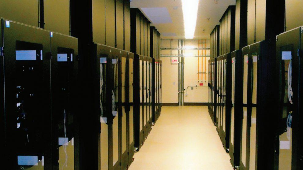 استفاده از رکهای بسته با چگالی برق ۳۶ کیلووات در رک و سرمایش با هوا، در مرکز داده Intel در شهر ریو رانچو