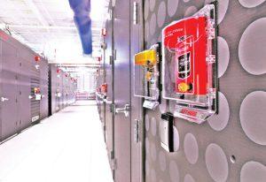 کارتخوان و کلیدهای سیستم اطفای حریق در یک طرف ماژول مرکز داده IO