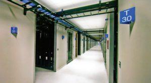 دالانهای سرد بسته در مرکز دادهٔ NetApp در پارک مثلث تحقیقاتی، جریان هوای گرم و سرد را برای بهرهوری انرژی بیشتر جدا میکند.