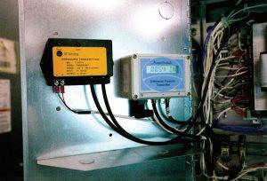 ترانسمیتر اختلاف فشار بهکاررفته در مرکز دادهٔ NetApp، برای کنترل فشار دالان بستهٔ هوای سرد (راست) و کنترل فشار هوای گرم خروجی (چپ)