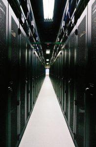 راهروی میان دو ردیف سرور در مرکز داده NetApp در پارک مثلث تحقیقاتی