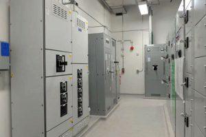 هدایت برق در تابلو برق مرکز داده دانشگاه سیراکیوز: از توربینها به سختافزارها، از توربینها به باتریهای پشتیبان برای کامل نگهداشتن شارژ آنها، از باتریها به توربینها برای بارگذاری مجدد توربینهای بدون بار