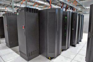 سختافزارهای مرکز داده دانشگاه سیراکیوز: تجهیزات ساخت IBM شامل یک ردیف تجهیزات ذخیرهسازی، یک دستگاه مینفریم با برق DC، ابررایانهٔ مجهز به سرمایش مستقیم CPU با مایع