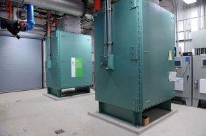هوای داغ خروجی توربینهای مقیاس کوچک مرکز داده در مبدلهای حرارتی جریان مییابد. آب داغی که از آن به دست میآید برای گرمایش ساختمان کناری به کار میرود.