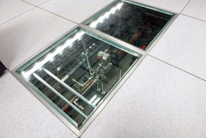 در مرکز داده دانشگاه سیراکیوز، سرمایش با هوا و سرمایش با مایع از طریق کف کاذب ۹۰ سانتیمتری توزیع میشود.