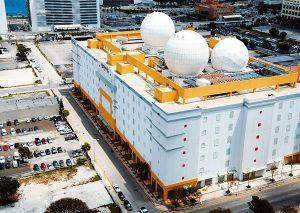 دیشهای ماهواره گنبد مانند ژئودزیک برای NAP مرکز داده Terremark اتصال پشتیبان فراهم میکند